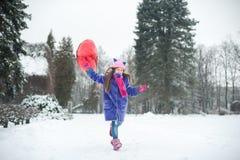 Szczęśliwa wychodząca dziewczyna z walentynki sercem szybko się zwiększać plenerowego Walentynki ` s dnia pojęcie kosmos kopii Obraz Royalty Free