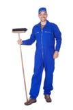 Szczęśliwa wymiatacza Cleaning podłoga obrazy stock