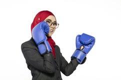 Szczęśliwa wyrażeniowa młoda dama z bokserską rękawiczką nad białym backgro zdjęcia royalty free