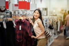 Szczęśliwa zakupy kobieta w centrum handlowym, zakupy w odzieżowym stora fotografia stock