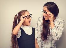 Szczęśliwa zaskakiwanie matka i ekscytuje dzieciaka w mod szkieł lookin zdjęcie royalty free