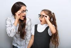 Szczęśliwa zaskakiwanie matka i ekscytuje dzieciaka w modzie zdjęcia stock