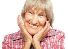 Szczęśliwa zdziwiona starsza kobieta patrzeje kamerę Zdjęcia Royalty Free
