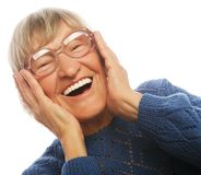 Szczęśliwa zdziwiona starsza kobieta patrzeje kamerę Obrazy Stock