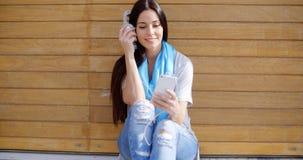 Szczęśliwa zrelaksowana młoda kobieta słucha muzyka Zdjęcia Royalty Free