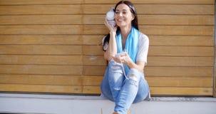 Szczęśliwa zrelaksowana młoda kobieta słucha muzyka Obrazy Royalty Free