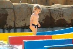 Szczęśliwe śliczne chłopiec przejażdżki od waterslide Zdjęcia Royalty Free