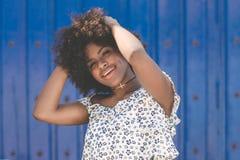 Szczęśliwe afro amerykańskie kobiety mienia ręki na głowie Obrazy Stock