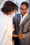 Szczęśliwe amerykanin pary mienia ręki i taniec blisko choinki w wigilię nowego roku Fotografia Stock