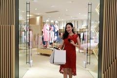 Szczęśliwe Azjatyckie Chińskie modnej kobiety torby na zakupy w centrum handlowe sklepu nabywcy przypadkowym uśmiechu śmiają się  obraz stock