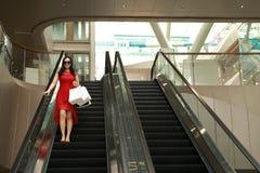 Szczęśliwe Azjatyckie Chińskie nowożytne modnej kobiety torby na zakupy w centrum handlowe sklepu odzieży okularów przeciwsłonecz obraz royalty free