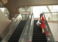 Szczęśliwe Azjatyckie Chińskie nowożytne modnej kobiety torby na zakupy w centrum handlowe sklepu odzieży okularów przeciwsłonecz fotografia stock
