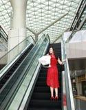 Szczęśliwe Azjatyckie Chińskie nowożytne modnej kobiety torby na zakupy w centrum handlowe sklepu odzieży okularów przeciwsłonecz zdjęcie royalty free