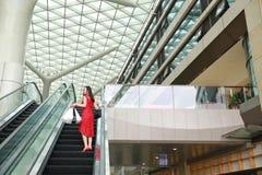 Szczęśliwe Azjatyckie Chińskie nowożytne modnej kobiety torby na zakupy w centrum handlowe sklepu odzieży okularów przeciwsłonecz zdjęcia royalty free