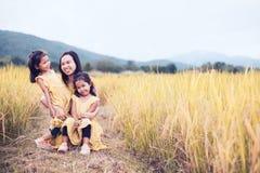 Szczęśliwe azjatykcie małe dziecko dziewczyny ma zabawę bawić się z matką Obrazy Royalty Free