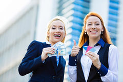 Szczęśliwe biznesowe kobiety trzyma kredytowe karty i gotówkową nagrodę Zdjęcie Royalty Free