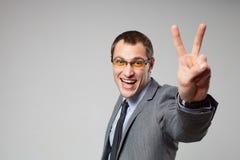 Szczęśliwe biznesowego mężczyzna mienia aprobaty fotografia stock