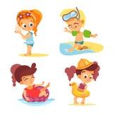 Szczęśliwe chłopiec i dziewczyny na lato plaży Zdjęcie Royalty Free