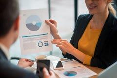 Szczęśliwe damy opisywania statystyki kompan Zdjęcia Stock