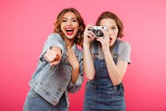 Szczęśliwe damy robią fotografii i wskazywać kamerą wy Zdjęcia Royalty Free