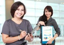 szczęśliwe dojrzałe biznesowe kobiety z jej asystentem pokazuje mapę, Zdjęcia Royalty Free