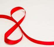 szczęśliwe dzień kobiety s Czerwony prezenta faborek w 8 cyfr kształcie Fotografia Stock