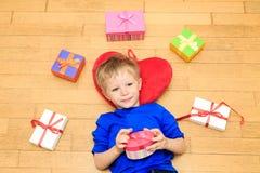 Szczęśliwe dziecka otwarcia teraźniejszość przy rodzinnym wakacje Fotografia Royalty Free