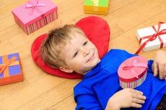 Szczęśliwe dziecka otwarcia teraźniejszość przy rodzinnym wakacje Zdjęcia Royalty Free