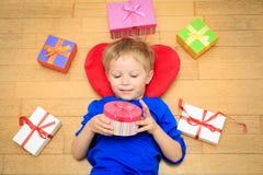 Szczęśliwe dziecka otwarcia teraźniejszość przy rodzinnym wakacje Obrazy Stock