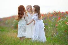 Szczęśliwe dziewczyny bawić się roundelay, tanczą i stoją w okręgu w Zdjęcia Stock