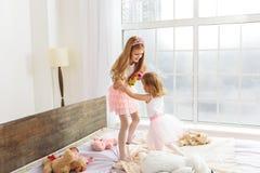 Szczęśliwe dziewczyny bawić się w princesses obraz royalty free