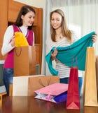 Szczęśliwe dziewczyny patrzeje zakupy od toreb Zdjęcia Royalty Free