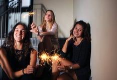 Szczęśliwe dziewczyny z błyskają zdjęcia royalty free
