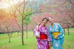 Szczęśliwe eleganckie dziewczyny jest ubranym japońskiego kimono zdjęcia royalty free