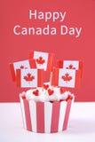 Szczęśliwe Kanada dnia przyjęcia babeczki obraz stock