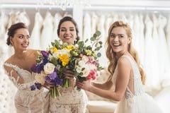 Szczęśliwe kobiet panny młode z kwiatami obrazy royalty free