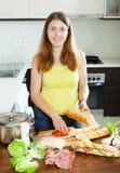 Szczęśliwe kobiety kucharstwa kanapki Fotografia Royalty Free