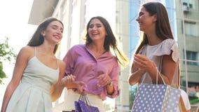 Szczęśliwe kobiety Pokazują Ich torba na zakupy kamera zbiory