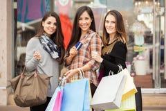 Szczęśliwe kobiety robi zakupy wpólnie przy centrum handlowym Fotografia Stock