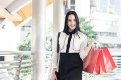 Szczęśliwe kobiety trzyma torba na zakupy Obrazy Royalty Free