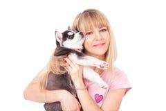 Szczęśliwe kobiety z jej szczeniaka husky w studiu fotografia stock