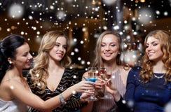 Szczęśliwe kobiety z napojami przy noc klubem Zdjęcia Stock