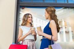 Szczęśliwe kobiety z torba na zakupy i kawą outdoors Obraz Royalty Free