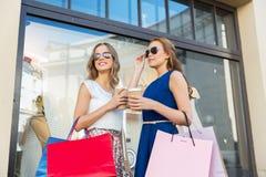 Szczęśliwe kobiety z torba na zakupy i kawą outdoors Zdjęcia Stock