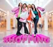 Szczęśliwe kobiety z torba na zakupy przy sklepem zdjęcie royalty free