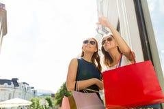 Szczęśliwe kobiety z torba na zakupy w mieście Fotografia Stock
