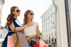 Szczęśliwe kobiety z torba na zakupy w mieście Fotografia Royalty Free