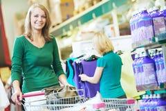 Kobieta z wózek na zakupy przy supermarketem Fotografia Royalty Free