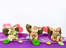 Szczęśliwe latające świnie z sercami na purpurowym faborku horyzontalnym - dolny rabatowy pokój dla teksta - Fotografia Royalty Free