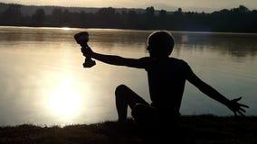 Szczęśliwe mężczyzna sztuki z jego mistrzem rzucają kulą przy jeziorem w mo zbiory